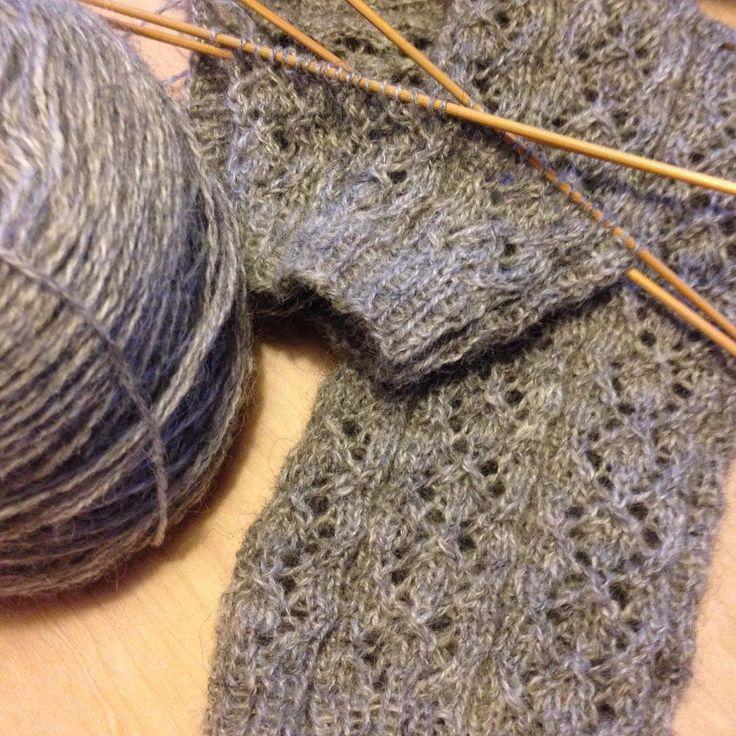 Stickar benvärmare/fuskstrumpor i Yllets gotlandsgarn 2 från @umbra_nu . Hålmönstret är från #blaercardigan . Tror det kan bli riktigt bra! #sticka #stickning #knit #knitting #knittersofinstagram #benvärmare #spetsstickning #ull #wool