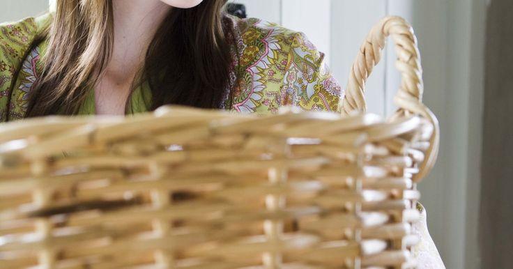 Cómo quitar manchas rojas de la ropa blanca. Aunque algunas manchas pueden ser discretas y poco visibles, una mancha roja es algo imposible de pasar por alto. Si diste un paso en falso y tu blusa o vestido blanco fueron víctimas de un accidente desafortunado que involucra tintura, lápiz labial o vino rojos, deberías poder quitar la mancha si actúas rápidamente. Armada con un poco de ...