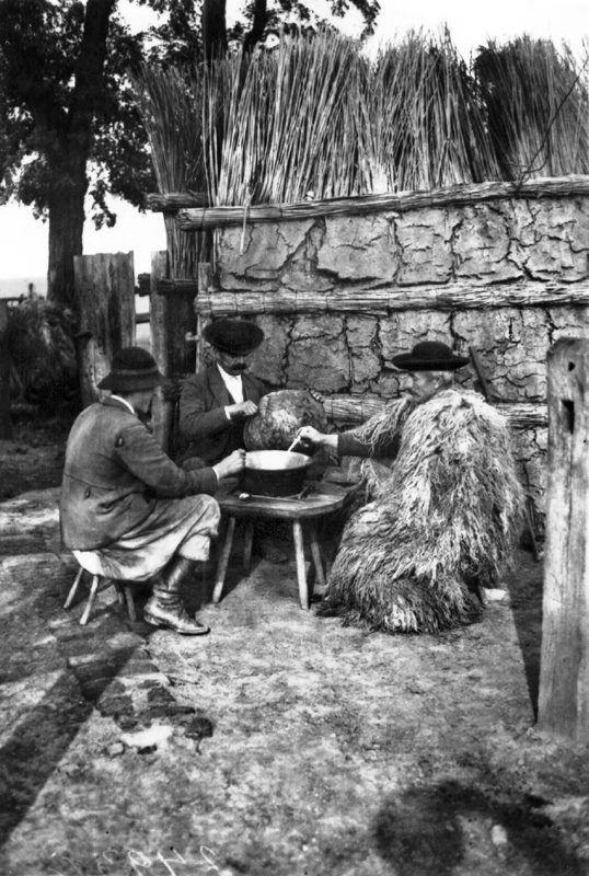 Gulyások ebéd közben a pásztortanyán az 1930-as évek