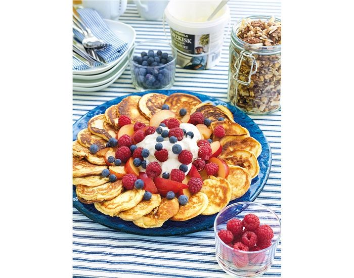 Lavkarbo-pletter med friske bær og kremfløte - Tara