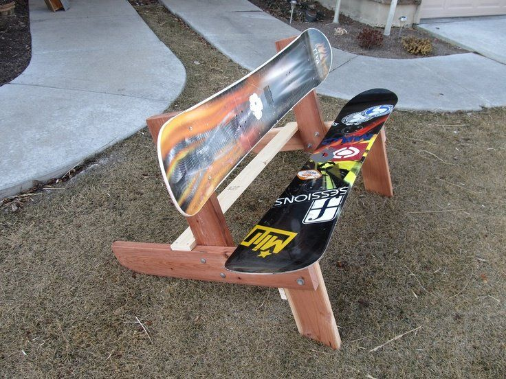 Un banc de parc #original pour redonner vie à deux #snowboard