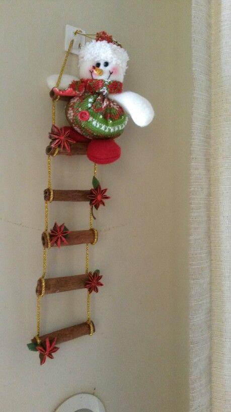 Escalera navideña facil y sencilla de hacer además aromatica con canela y anís de estrellas solo compre el muñeco y el hilo dorado lindo no?