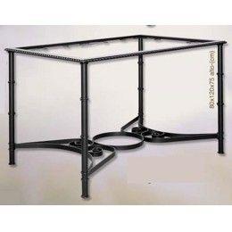 Mesa de camilla de forja con pata redonda y marco decorado. Este modelo de mesa se puede fabricar como mesa fija, o como mesa de doble altura. La parte de abajo de la mesa está fabricada en pletina y lleva un aro para colocar el brasero en invierno. Las medidas de la mesa son de 120 cm. de largo x 80 cm. de ancho x 75 cm de alto, aunque existe la posibilidad de realizarlo a medida. No está incluida la tapa de cristal.