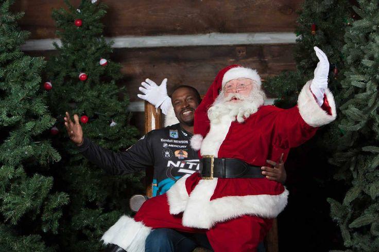 """Oi gente, se vocês estiverem nos Estados Unidos no período de Natal e querem tirar uma foto com um Papai Noel """"de verdade"""" e ainda não pagar nada…prepare o sorriso para esta boa dica. A famosa loja """"BASS PRO SHOP""""–http://www.basspro.com/ criou um cenário dentro da loja perfeito, como o da casa do Papai Noel. Já"""
