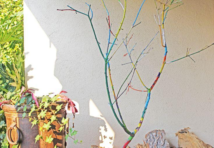 Mooie regenboogbomen maken met afgewaaide takken. Idee van Babble Dabble Do - zie de Activitheek van www.doenkids.nl thema Natuur