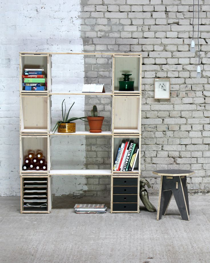 Platz für Bücher, Flaschen und Kakteen, fehlt nur noch die Ananas.