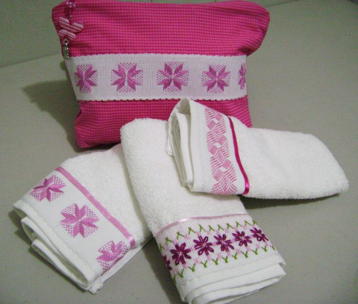 Compartiendo otro de los juegos de toallitas faciales bordadas en yugoslavo sobre cenefa de cuadrillé, junto con su bolso también decorado.