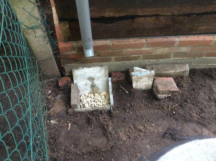 34. Waterafvoer met beschikbare stenen en grind, achterzijde. Buitenzijde stenen rand is gevoegd.