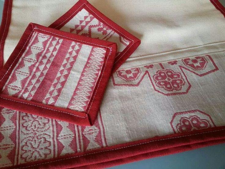 Tovagliette americane fatte con inserti in tessuto rosso e base in tela grezza, in abbinato a due sottobicchieri dello stesso tessuto.