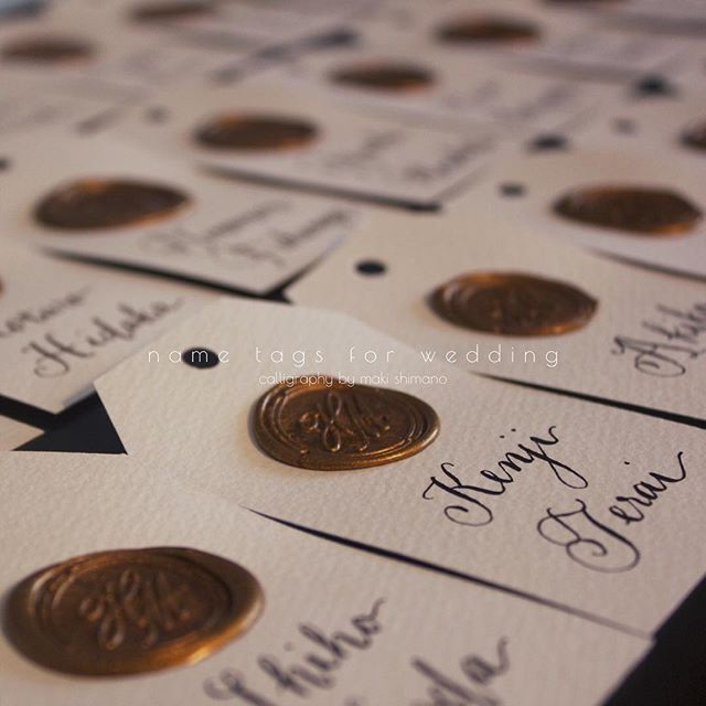 * Name tags for wedding party タグは紙をカットし、お二人のイニシャルで作ったシーリングスタンプを♡そこへお名前を書いていく... 紙の種類によって文字の見え方も書き味も変わるため、作製に入る前に必ず試し書きをすることをおすすめします☺︎ * ※【予告】7月末に#モダンカリグラフィー のWORKSHOPを都内で行う予定です♩お楽しみに⭐︎ * #mscalligraphy #moderncalligraphy #wedding #weddingitem #paperitem #nametag #mywork #tokyo #japan #calligraphy #sealinpstamp #sealingwax #手書き #プレ花嫁 #結婚式準備 #ハンドレタリング #ハンドライティング #ペーパーアイテム #席札 #ネームタグ #エスコートカード #シーリングスタンプ #カリグラフィー #モダンカリグラフィー