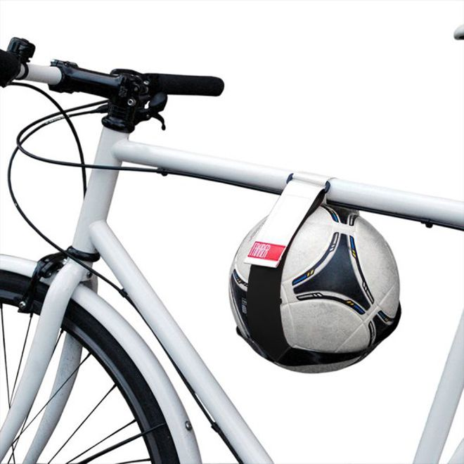 Kicker - Cycle Ball Holder http://www.differentdesign.it/2014/06/01/kicker-cycle-ball-holder/ Kicker è un supporto per chi ama giocare a #calcio e andare in #bicicletta, può essere applicato sia sul sellino che sulla canna della bicicletta per trasportare agevolmente un #pallone da calcio.