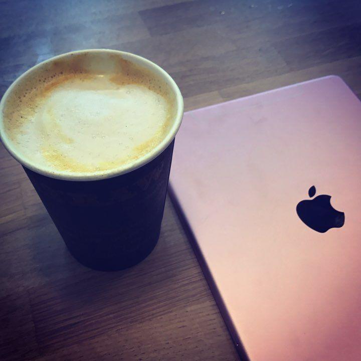 """Christiane Vejlø (@elektronista) på Instagram: """"Drikker gudhjælpemig gurkemeje latte på mandelmælk 🤢og tager noter på iPad. Bare for at være sådan…"""""""