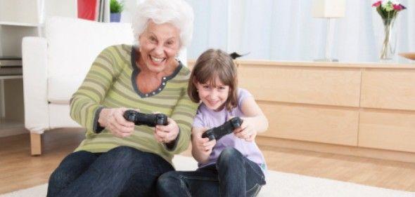 """Idosos que jogam videogames são mais felizes, diz estudo  São Paulo - Pessoas acima de 63 anos que dedicam parte de seu tempo diário aos videogames são mais felizes. É o que indica um novo estudo feito por pesquisadores da Universidade Estadual da Carolina do Norte, nos Estados Unidos.    O estudo, intitulado """"Envelhecendo bem com jogos digitais: diferenças sócio-emocionais entre adultos gamers e não-gamers"""", sugere que há uma ligação real entre """"bem-estar e equ (Leia [+] clicando na imagem)"""