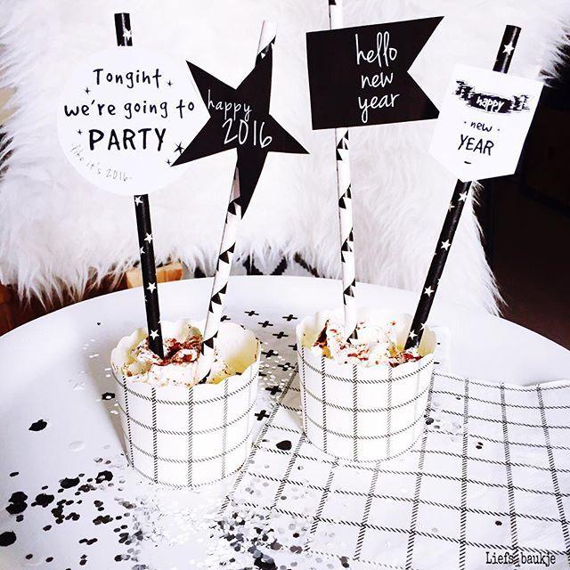a l m o s t  2 0 1 6 ♡ Lekker aan het knutselen geweest vandaag 😊 De tags aan de rietjes is een free printable van @biancatrois ! Ik vind ze super gaaf! 😍 Helemaal in stijl het nieuwe jaar in!  #happynewyear #2016 #blackandwhite #zwartwitwonen #party #grid #nicolasvahé #interior4all #interieurstyling #instahome #scandinavisch #scandinavianliving #nordichome #rietjes #food #sweet
