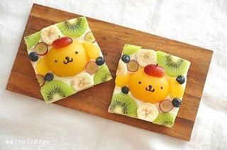 「ポムポムプリンのおいしいレシピ」試作のフルーツサンドです。ブームのオープンフルーツサンドをプリンバージョンで作ってみました。黄桃とブドウ(クリムゾン・シードレス)のサイズがプリンにぴったりです。