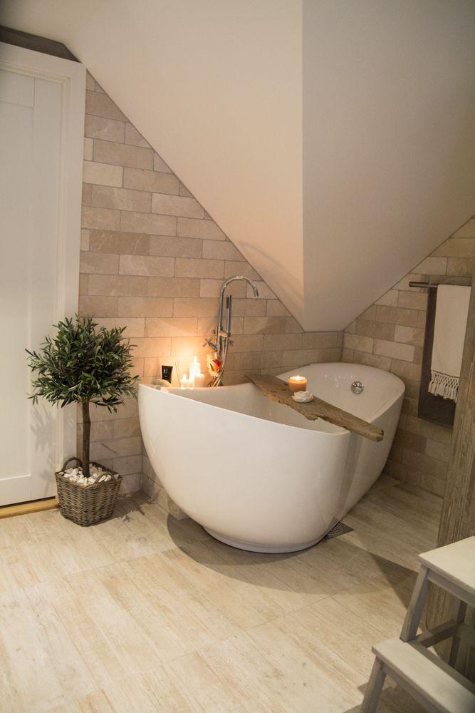 På badet i den øverste etasjen har de valgt fliser i en varm fargekombinasjon. Her er det også badekar.