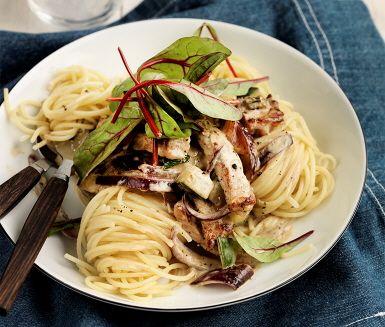 Krämig zucchini med kotlett och spaghetti är en aptitretande och mättande måltid. Zucchini och lök steks i en het panna där sedan de strimlade kotletterna steks i omgångar. För att få till krämigheten adderas crème fraiche och mjölk samt buljongtärning och rosmarin för smakens skull. Servera med nykokt pasta och mangold.