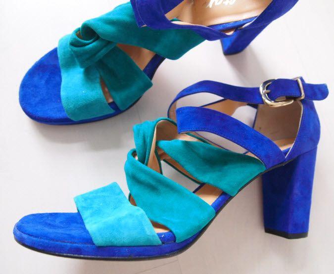 """Voltan - Dames sandalen Elegante suède leren sandalen met bandje voor dames van het Italiaanse merk """"Voltan"""". De kernwaarden van dit merk staan hoog in het vaandel zoals het werken met eersteklas materialen een uitstekende afwerking en een subliem gevoel voor stijl met speciale aandacht voor detail. Deze waarden worden vervolgens verwerkt in een product dat zich onderscheidt van de rest. Materiaal : SuèdeZool : Leder Binnenzool : Leder Binnenvoering : Leder Maat: 405Kleur: Groen paars blauw…"""