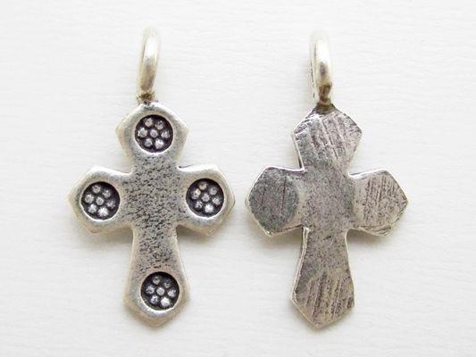 カレンシルバーの十字架のペンダントトップ。1cmくらいのサイズが小さくてかわいい。「十字架」って言っても、とってもキュートだから、気負わずに色々と着けれちゃう! #カレンシルバー #シルバーペンダントトップ #クロス http://www.pron.jp/karen.html