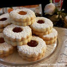 Occhi di bue,deliziosi biscotti di pasta frolla,farciti con marmellata.