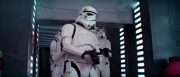 Découvrez qui est le célèbre Stormtrooper qui se cogne la tête dans Star Wars Épisode IV | News | Premiere.fr