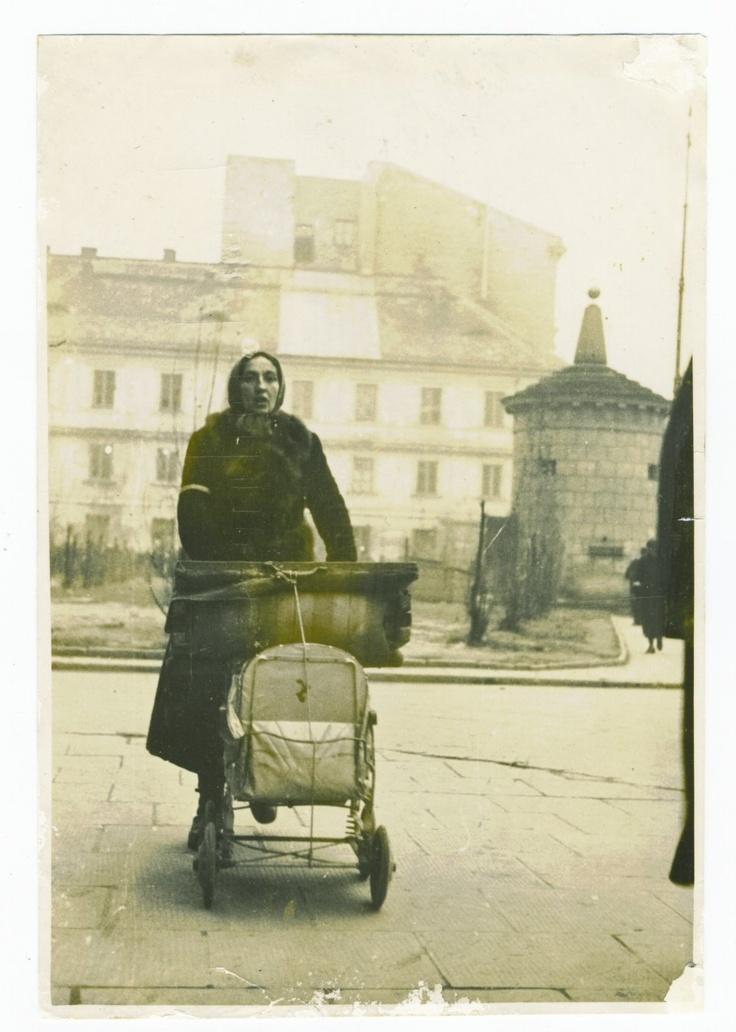 Warszawa, rok 1940. Przeprowadzka do getta, kobieta z wózkiem dziecięcym, za nią - Gruba Kaśka i dom przy ul. Tłomackie 4