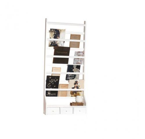 Stor tallerkenhylle med 3 skuffer. Laget av treverk som er hvitmalt. H: 143 cm B: 63 cm D: 19 cm  Denne store og absolutt flotte tallerkenhyllen gjør seg særdeles godt på veggen! Et praktisk møbel som ikke bare trengs å brukes til tallerkener. Den kan også brukes til blader og bøker! Eller du kan kombinere begge deler. Med 3 skuffer blir hyllen også nyttig til å gjemme vekk saker og småting man kanskje ellers ikke vet ...