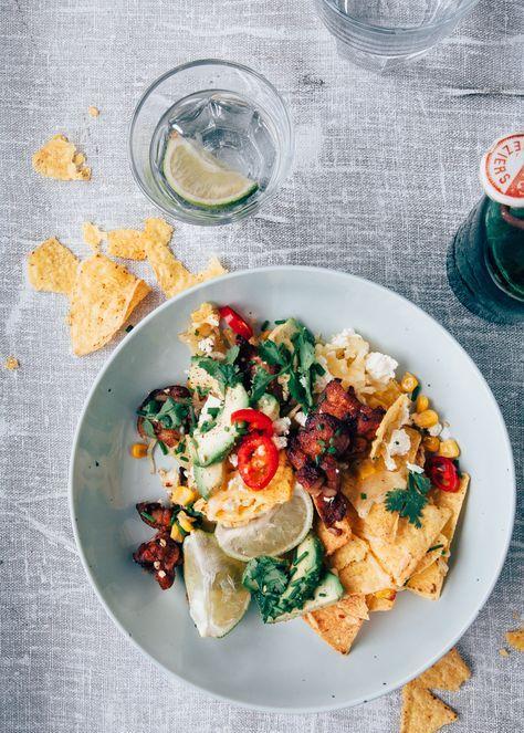 Nachos recept met kip, feta en mais. Lekker als snack, hapje of als maaltijd. De kip is lekker pittig door de marinade, heerlijk met de romige kaas!