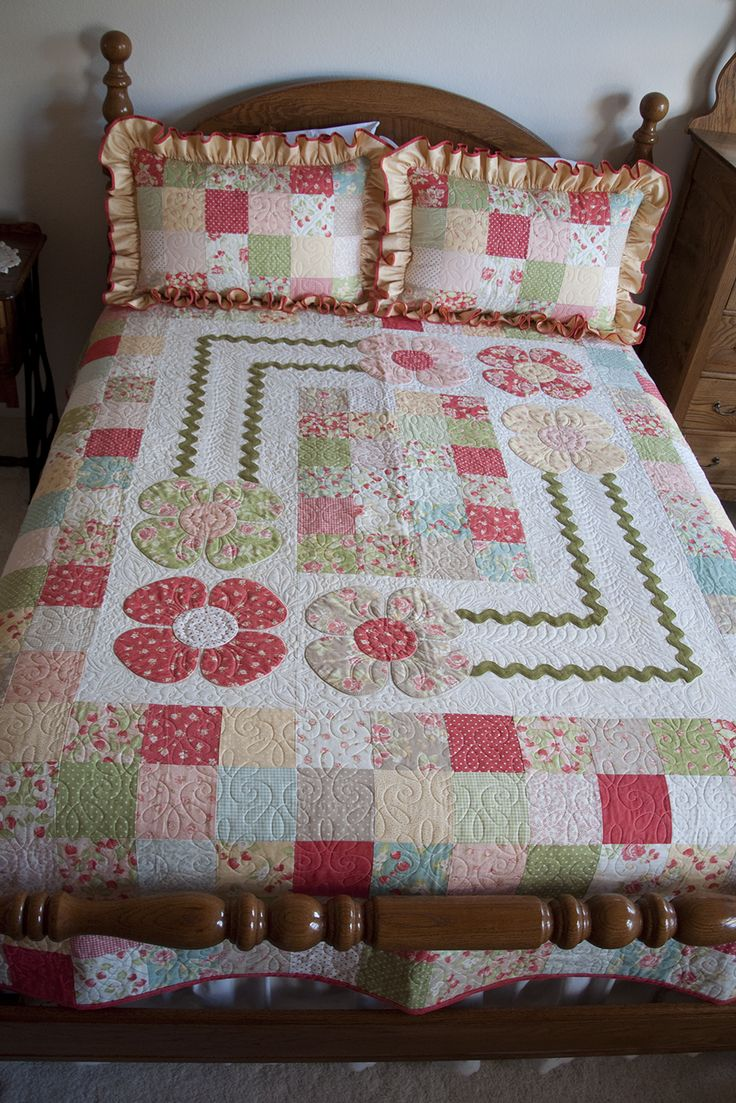 Patchwork bed sheets patterns - Strawberry Fields Cottage Quilt I Found A Pattern For A Wall Hanging But As I Worked It I Loved It More And More The Result As You See Is A Queen