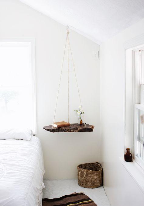Mesa de cabeceira feita com um pedaço de tronco suspenso