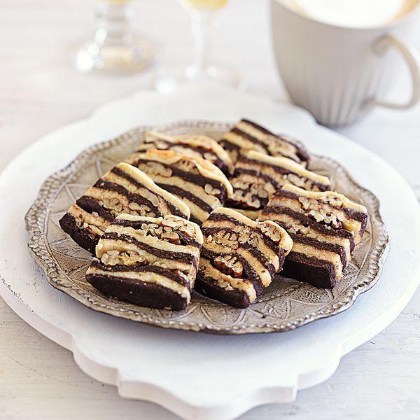 Für die attraktiven Plätzchen wird einer zarter Mürbeteig abwechselnd mit Kakaoteig geschichtet. Zwischen den Schichten sorgen kernige Pecannüsse für...