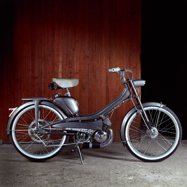 a cheval sur cette motob cane custom dans un garage montreuil le collectif bad winners retape. Black Bedroom Furniture Sets. Home Design Ideas