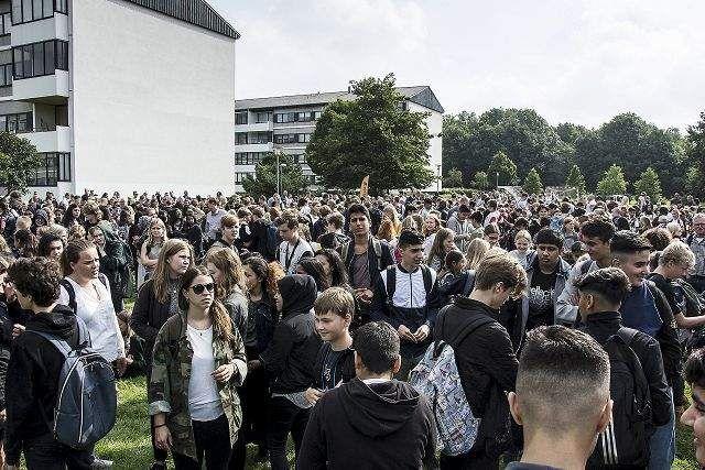 Se foto og video: Alle eleverne samlet under åben himmel første skoledag