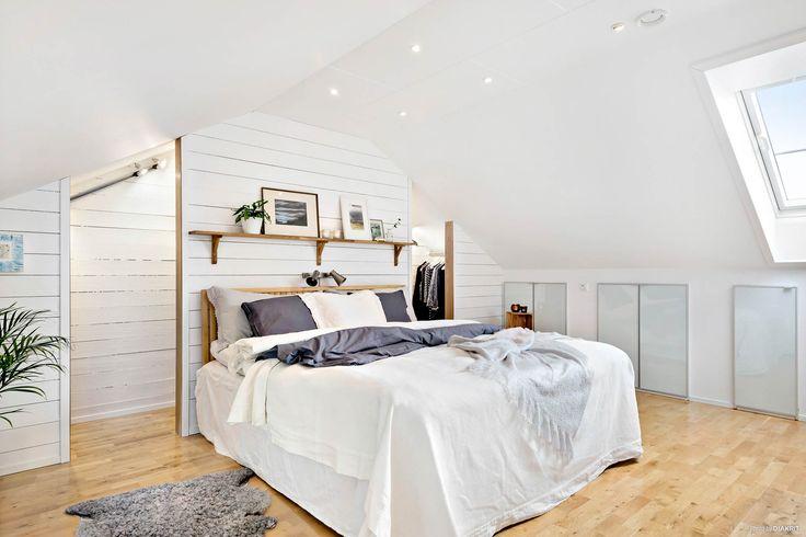 Platsbyggd klädkammare bakom sängen
