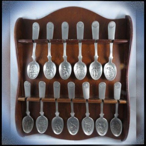 """🔷Великолепный коллекционный набор ложек.  ⠀⠀⠀⠀⠀⠀⠀⠀⠀⠀⠀⠀⠀⠀ 🔷Серия """"13 Original Colonies Spoon Collection"""" - 13 Первых Колоний Америки.  ⠀⠀⠀⠀⠀⠀⠀⠀⠀⠀⠀⠀⠀⠀ 🔷От знаменитой фирмы Franklin Mint. Эта серия ложек была выпущена к 200-летию США.  ⠀⠀⠀⠀⠀⠀⠀⠀⠀⠀⠀⠀⠀⠀ 🔷Всего в серии 13 ложек.  ⠀⠀⠀⠀⠀⠀⠀⠀⠀⠀⠀⠀⠀⠀ 🔷В данном лоте представлен полный комплект ложек с родной полочкой!!! Набор с красивой скульптурной работой. Каждая ложка набора посвящена определённой колонии, - её печать на навершии в виде очень…"""