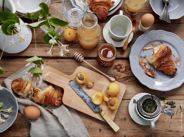 Frukosten är den bästa starten på lediga dagar! Skärbrädan PROPPMÄTT passar fint till det mesta. ARV assiett, Linneservett gjord av AINA metervara. DINERA kaffekopp. IKEA 365+ vinglas passar lika bra som juiceglas och är dessutom stapelbara. osefin Hååg, 20 kvadrat för IKEA Livet Hemma.