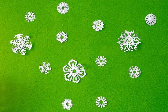 Papierschneeflocken als winterliche Dekoration