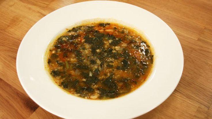 Karalahana Çorbası. Malzemeler: 1 demet karalahana, 2 adet kuru soğan, 1 su bardağı haşlanmış kuru fasulye veya barbunya, ½ su bardağı pirinç, 1 yemek kaşığı tereyağı +1 yemek kaşığı zeytinyağı 1 yemek kaşığı biber salçası, 1 yemek kaşığı mısır unu, 1 tatlı kaşığı pulbiber veya acısos, 1 tatlı kaşığı toz kırmızı biber, Tuz-karabiber, 5-6 bardak tavuk suyu.