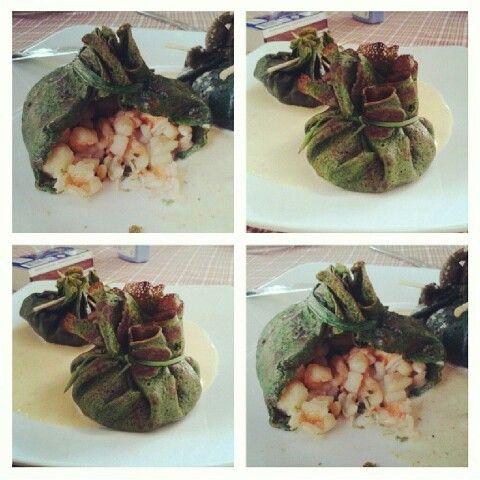 Saquito de crêpes de espinaca rellebos de camarones y calamares