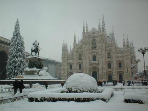 milano il duomo sotto la neve