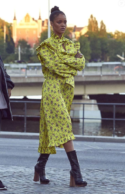 Rihanna Rihanna est allée diner à Stockholm. Accompagnée de ses gardes du corps, elle a marché jusqu'au restaurant en découvrant la ville.