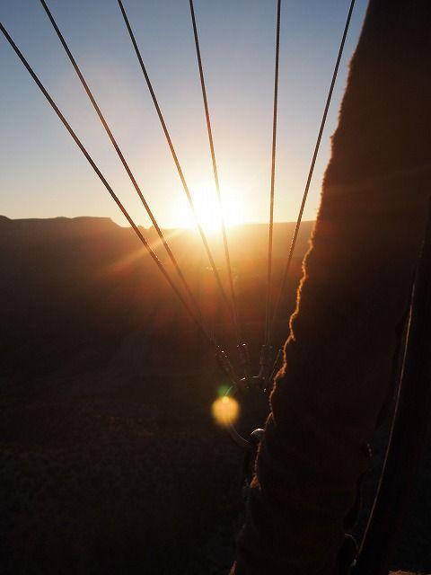気球からセドナの朝日を眺める