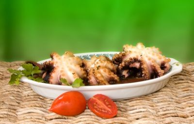 """I moscardini alla busara, tipica ricetta veneta tradizionale, sono composti da polipetti cotti in modo particolare (""""alla busara"""", appunto, cioè bolliti con ancora le viscere, e saltati in padella insieme ad un sughetto di pomodoro, aglio, vino bianco secco, prezzemolo e peperoncino rosso). Proprio perché si tengono le viscere bisogna essere certi della freschezza del pesce. I moscardini alla busara si accompagnano benissimo ad un altro piatto veneto, la polenta bianca."""