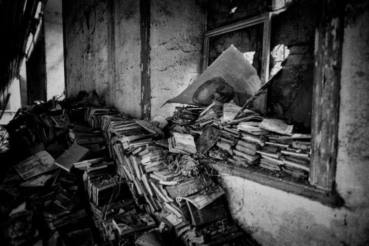"""Con """"Sola Andata"""" di Daniele Coricciati ( autore della foto )  apre a Brindisi, negli spazi  dell'Aeroporto del Salento, """"Bitume  photofest"""", festival urbano di  fotografia contemporanea, a cura  dell'Associazione Culturale Positivo  Diretto di Lecce. La mostra è  allestit"""