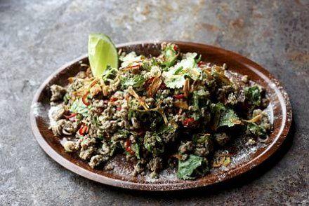 Kokeile tätä Tomi Björckin mausteista broilerisalaattia: Larb-salaatti broilerista