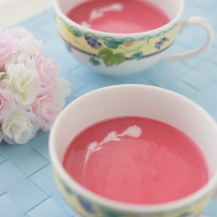 初収穫したビーツとじゃがいも・玉ねぎを合わせて冷たいスープを作りました。 ピンクのスープはリトアニア料理。 家族が飲みやすいようじゃがいもと玉ねぎを入れ飲みやすくしました。   じゃがいも2個(6等分) ビーツ 2個(いちょう切り) 玉ねぎ1/2個(みじん切り)    牛乳600cc コンソメ 小2 塩コショウ