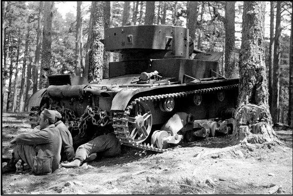 Spain - 1937. ' GC - La Granja, 1937. Gerda Taro fotografía a un grupo de carristas descansando junto a su T-26,esperando para entrar en combate. La orografía de la zona (cortadas y pinar denso) no era la más adecuada para el empleo de fuerzas blindadas y la ofensiva descarriló en las primeras horas.