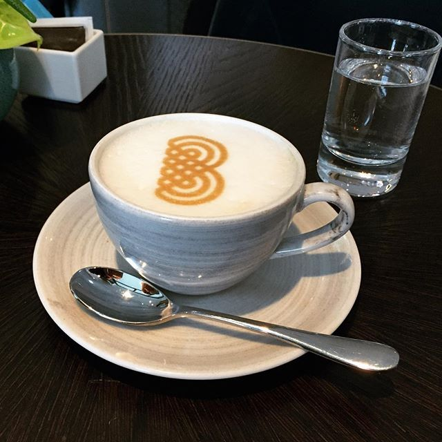 www.brandeau.ch I Enjoy finest Zurich Tap Water with a Cappuccino. First Brandeau Coffee Branding in Europe at Hotel Storchen Zurich.  •••  #brandeaubottles #wasser #water #wasserflasche #wassertrinken #wassergenuss #stilleswasser #flasche #karaffe #wasserkaraffe #glasflasche #schweizerwasser #tapbottle #tapwater #züriwasser #züri #zürich #zürcherwasser #zurich #zhwelt #visitzurich #visitzürich #cappuccino #coffeedesign #storchenzurich #coffeeripples #storchenzürich #coffeebranding