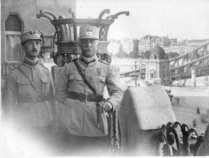 Generalul român Gheorghe Mărdărescu pe terasa hotelului Gellert din Budapesta, august 1919. În acel an, armata română condusă de MS Regele Ferdinand a ajutat națiunea ungară prietenă să scape de primele influențe comuniste (inspirate de Rusia sovietică si aflate în ascensiune), materializate prin primul guvern comunist maghiar, cel al lui Béla Kun. După infrângerea comuniștilor, armata română a părăsit Ungaria…