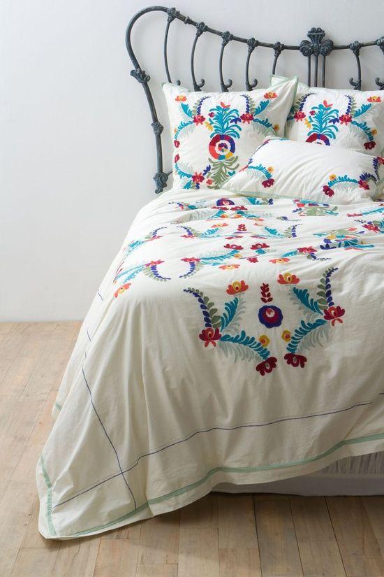Decoração de quarto, Influência asteca. Colcha feita à mão, cama de ferro